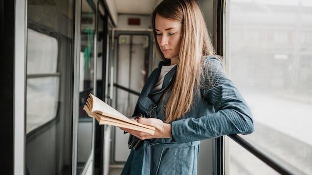 Passager dans le train lisant dans le couloir