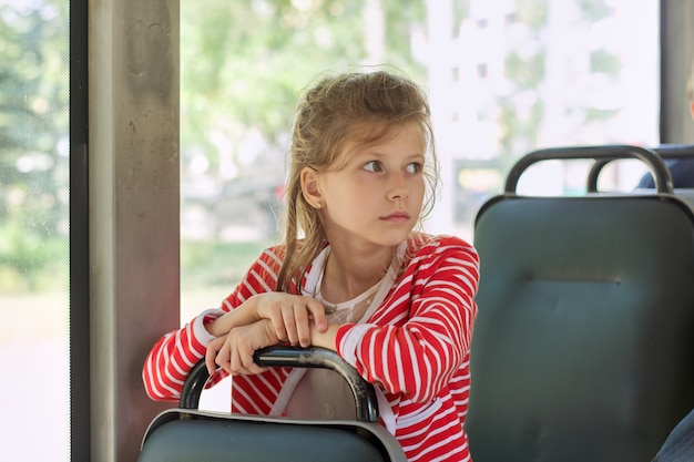Passager enfant de bus de ville, trolleybus, femme assise dans le siège passager