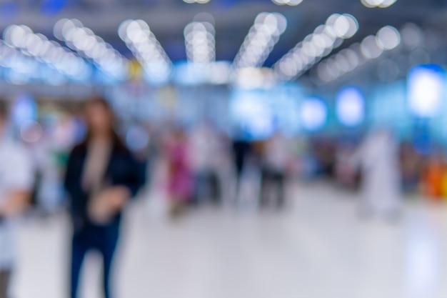 Passager flou dans le terminal de l'aéroport