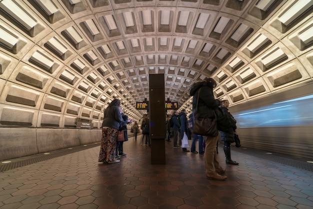 Passager indéfini attendant le train surélevé au-dessus de la voie ferrée dans le métro de washington dc