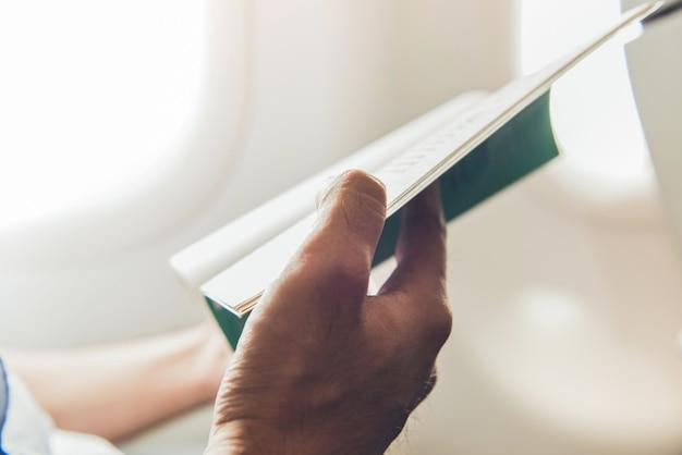 Passager meurt le temps en lisant un livre tout en voyageant dans l'avion