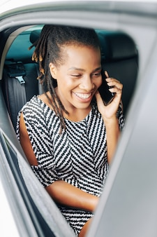 Passager parlant au téléphone