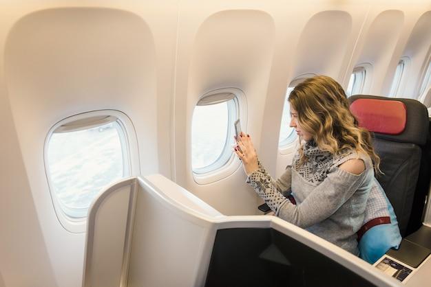 Passagère en classe affaires d'avion