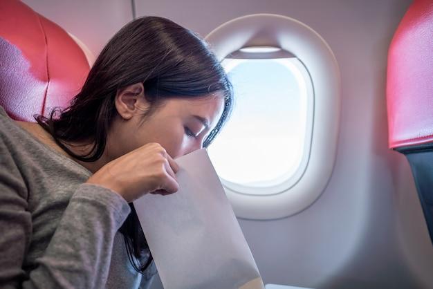 Une passagère dans l'avion a vomi dans un sac en papier