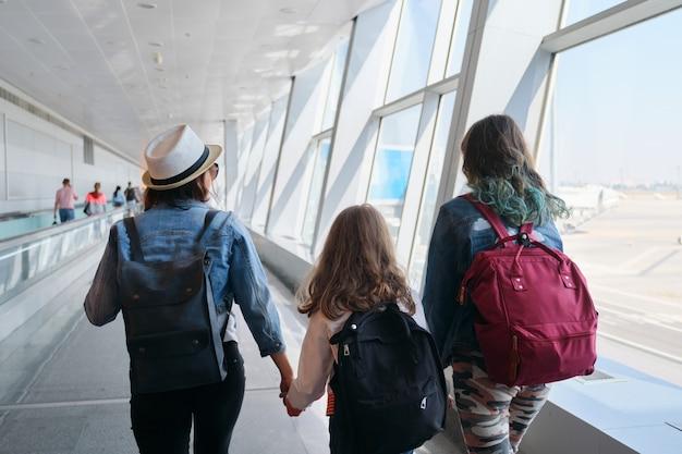 Passagers avec bagages à l'intérieur du terminal de l'aéroport
