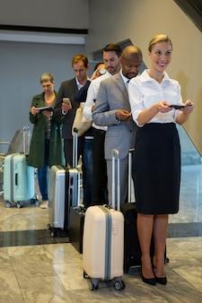 Les passagers debout dans une file d'attente