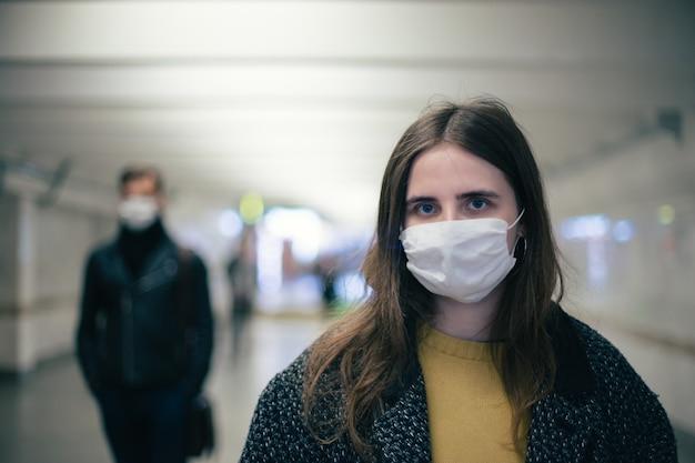 Les passagers du métro marchent à une distance sécuritaire. coronavirus en ville