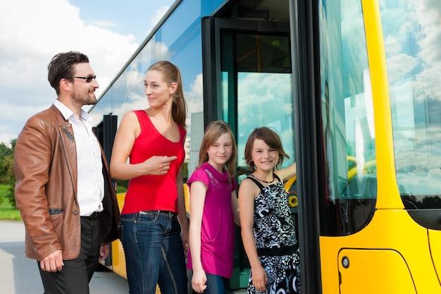 Passagers embarquant dans un bus