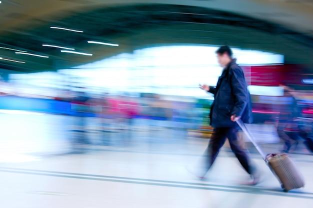 Passagers à l'intérieur de l'aéroport