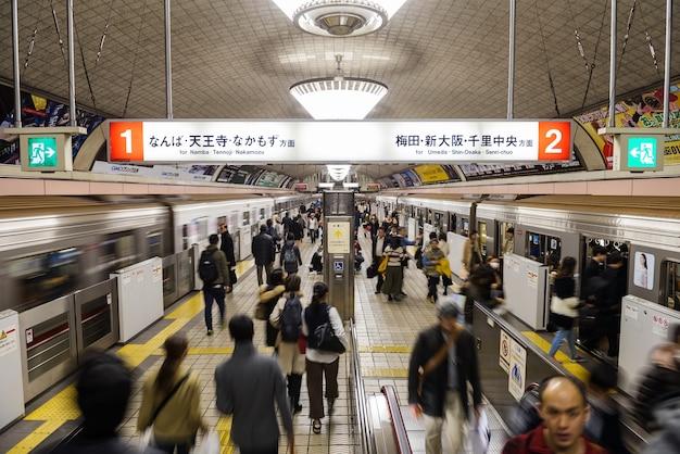 Passagers pressés de train de transit dans le métro d'osaka