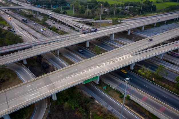 Passages aériens d'autoroute d'échange et vue sur la rocade autoroutière