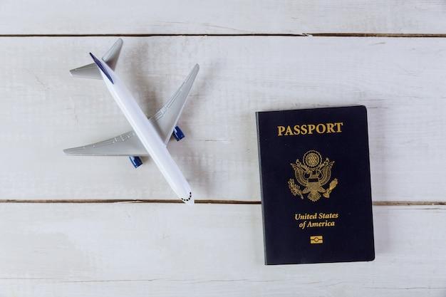 Passeport américain et modèle réduit d'avion