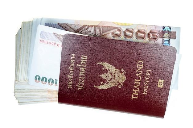 Passeport, argent sur surface blanche.