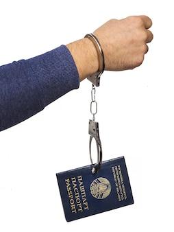 Passeport biélorusse avec des menottes