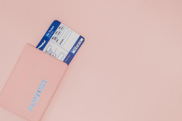 Passeport et billet d'avion sur rose