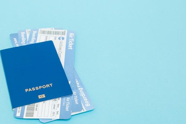 Passeport et billets d'avion sur un bleu
