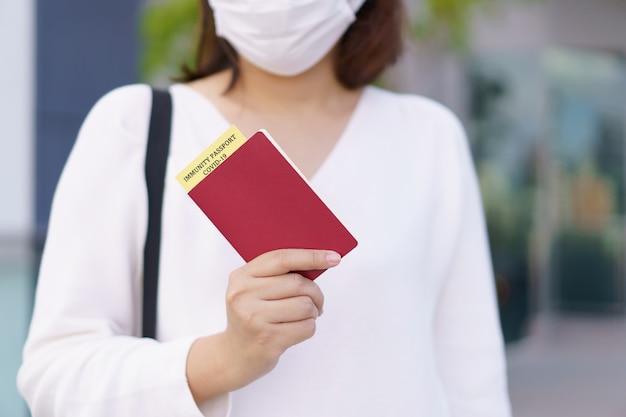 Passeport avec certificat de vaccination pour la carte d'identité covid19 passeport ou certificat immunitaire