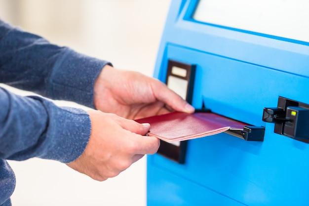 Passeport closeup faire l'enregistrement pour le vol ou acheter des billets d'avion à l'aéroport
