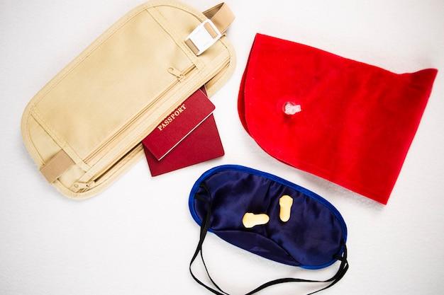 Passeport dans un sac de ceinture et un oreiller gonflable pour le vol de voyage