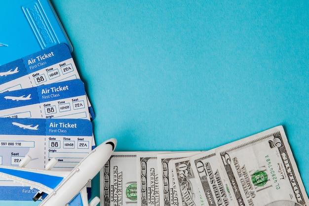 Passeport, dollars, avion et billet d'avion sur bleu. concept de voyage, espace de copie.