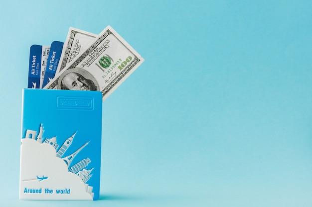 Passeport, dollars et billet d'avion sur bleu