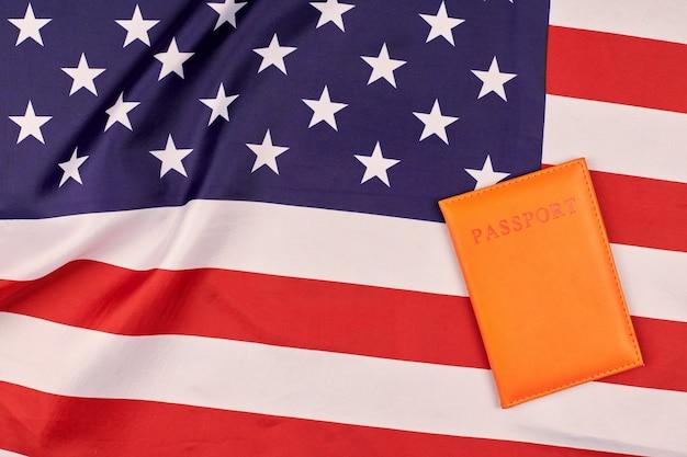 Passeport sur le drapeau des états-unis d'amérique. drapeau national des états-unis, symbole patriotique de l'amérique. notion de citoyenneté.