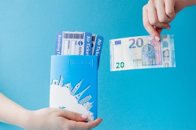 Passeport, euro et billet d'avion en main de femme