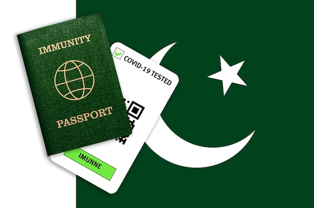 Passeport d'immunité et résultat du test pour covid-19 sur le drapeau du pakistan. certificat pour les personnes qui ont eu un coronavirus ou qui ont fait un vaccin.