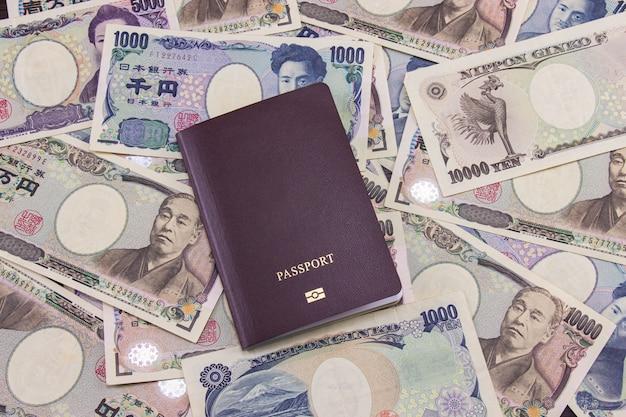 Passeport international sur fond de notes de monnaie japonaise