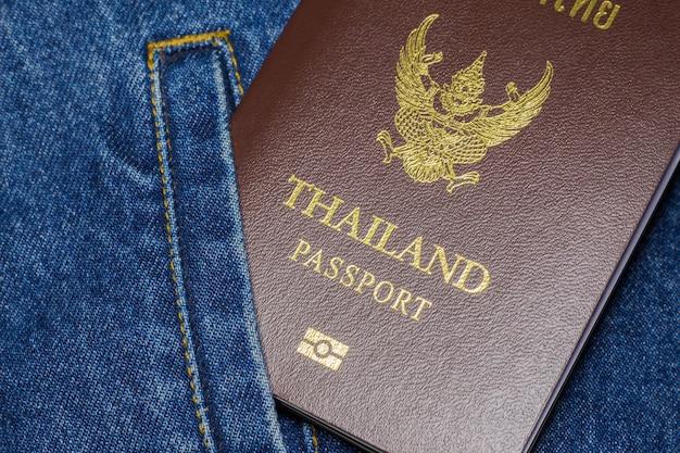 Passeport sur les jeans.
