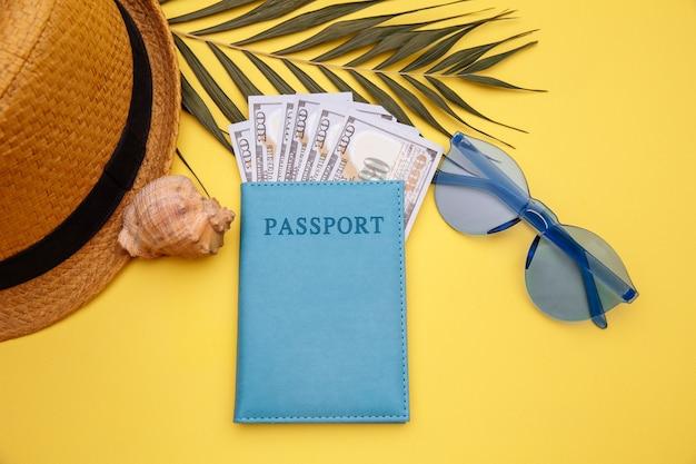 Passeport avec lunettes de soleil et chapeau
