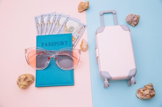 Passeport avec lunettes de soleil et valise