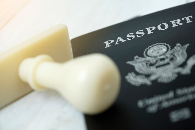 Passeport placé sur une table en bois avec cachet de visa