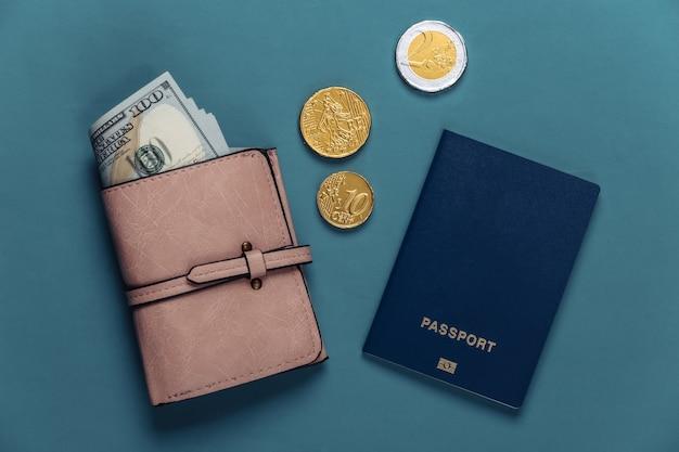 Passeport et portefeuille avec de l'argent sur bleu. concept de voyage ou d'émigration