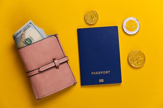 Passeport et portefeuille avec de l'argent sur jaune. concept de voyage ou d'émigration