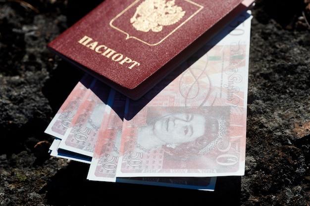 Passeport russe avec de l'argent en livres sterling. photo de haute qualité