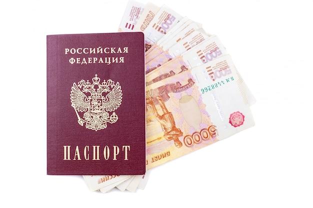 Passeport russe et billets de banque en roubles
