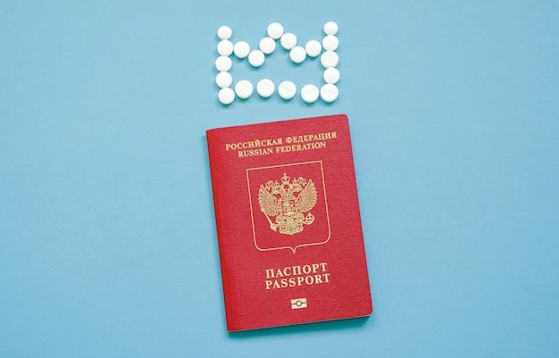 Passeport russe avec une couronne de comprimés