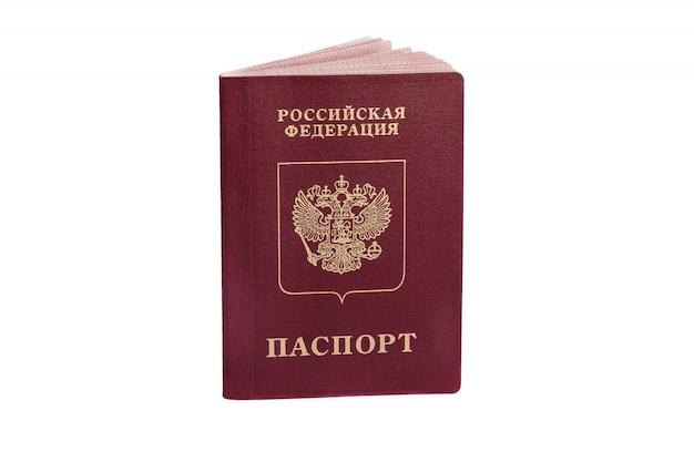 Passeport russe isolé sur blanc