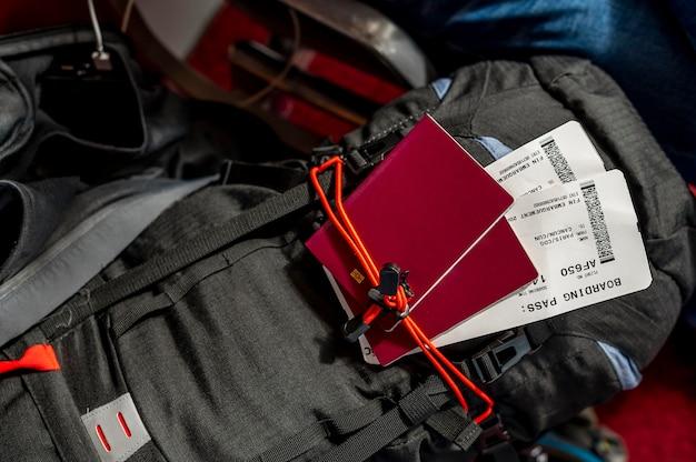 Passeport sur sac à dos à l'aéroport en attente de voyage. mise au point douce. photo de haute qualité