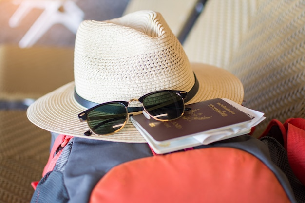 Passeport sur sac à dos à l'aéroport en attente de voyager.