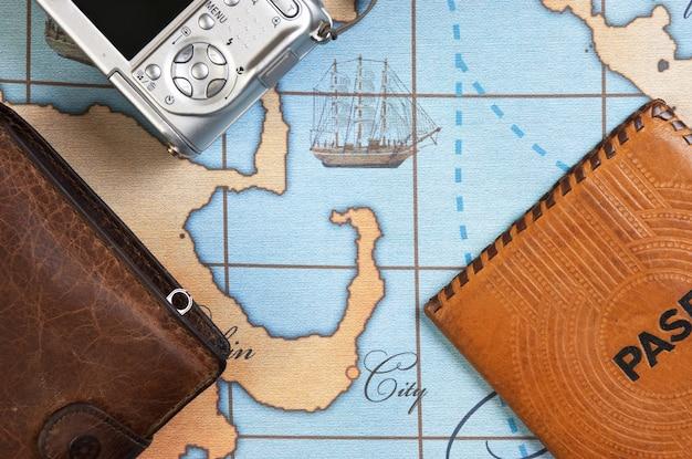 Passeport et sac à main sur la carte