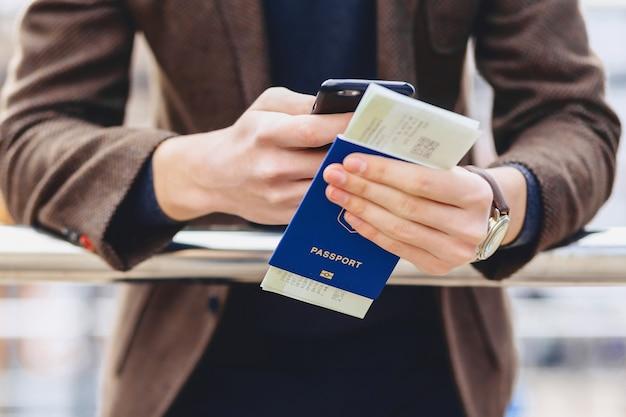 Passeport et tickets de téléphone closup
