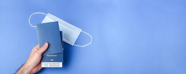 Passeport de vaccination avec coche verte, concept de certificat de voyage sans risque, bannière avec espace de copie