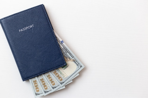 Passeports et billets d'un dollar sur blanc isolé