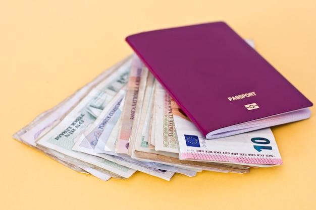 Passeports étrangers et argent de différents pays