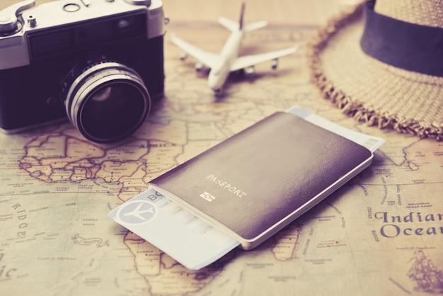 Passeports placés sur le concept de carte du monde voyage