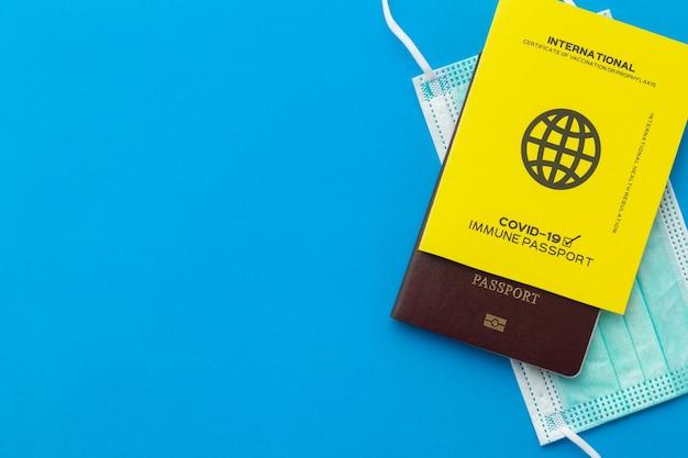 Passeports de vaccins comme preuve que le titulaire a été vacciné contre covid-19, obligation de voyager à l'étranger