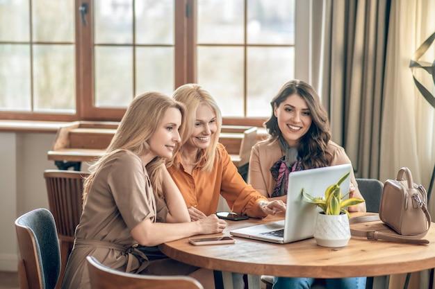 Passer du bon temps. groupe de femmes passant du temps ensemble et se sentant excitées