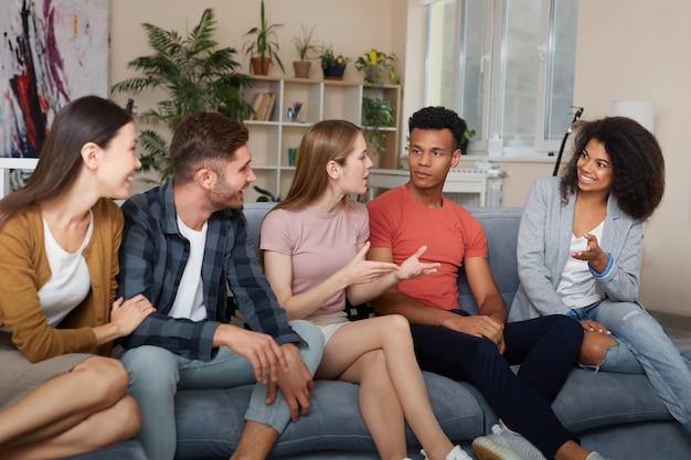 Passer du temps avec des amis, groupe de jeunes multiculturels en tenue décontractée, parler et se reposer